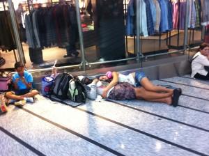 Люди очень долго ждут своих рейсов, многие спят прямо на полу